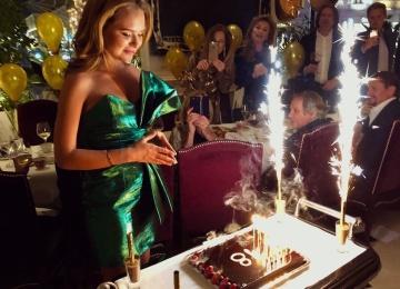 Стеша Маликова отпраздновала совершеннолетие в платье за 300 тысяч рублей