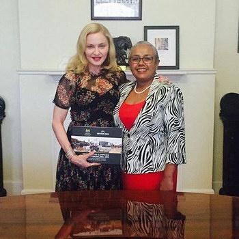 Мадонна поможет женщинам и детям Кении