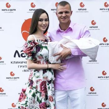 Дмитрий Тарасов забрал жену и ребенка из роддома