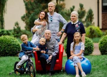 Сергей Светлаков опубликовал снимок с младшим сыном