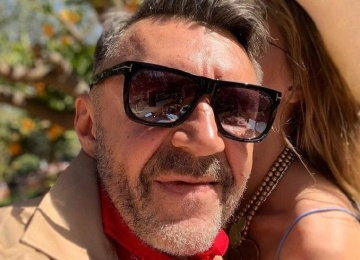 Зачем Сергей Шнуров скрывает лицо жены?